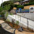 停め易くなった駐車場と庭を繋ぐ高低差のあるアプローチ 岡山市K様