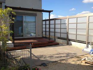 目隠しフェンスでプライバシーを守る明るい庭