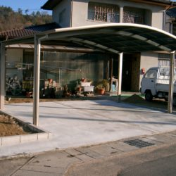 中庭を駐車スペースに 道路との段差を解消