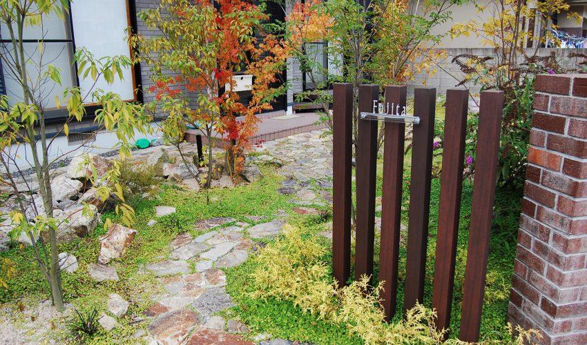 地元の山石・レンガで造る地産地消のアプローチ