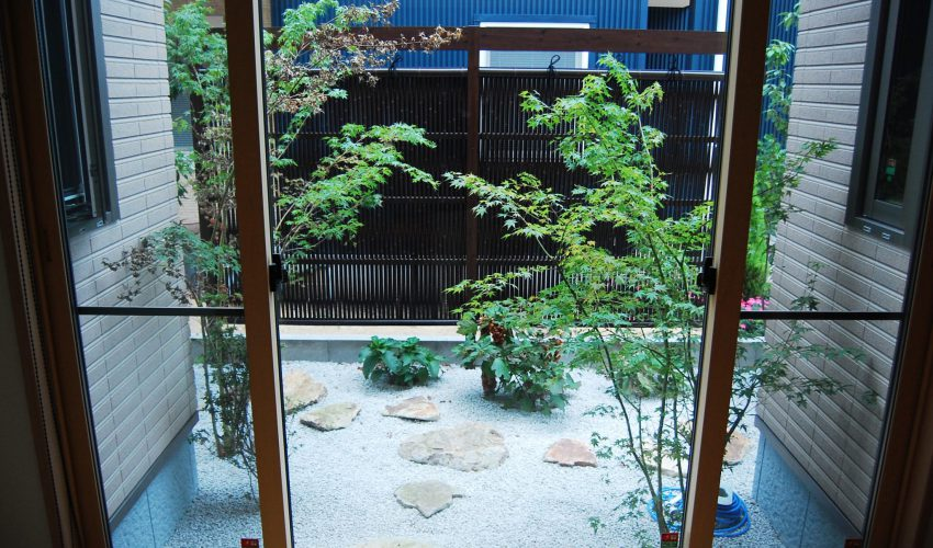 エコ竹フェンスと地元の景石で心落ち着く坪庭に