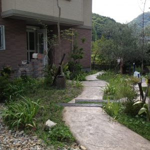 スタンプコンクリートと植物で造る 遊歩道のようなアプローチ