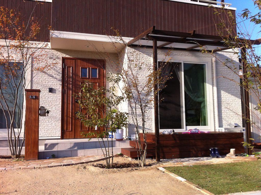 北欧風住宅にマッチした 自然な風合いの木調アルミテラス