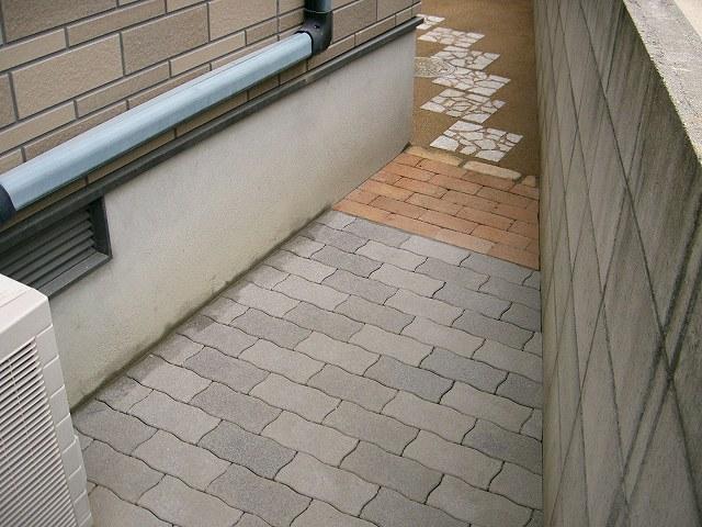 インターロッキングブロックで犬走りを舗装した施工例