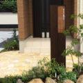 機能門柱セレージュと天然石+植栽で明るく開放的な門まわり! 岡山市中区M様